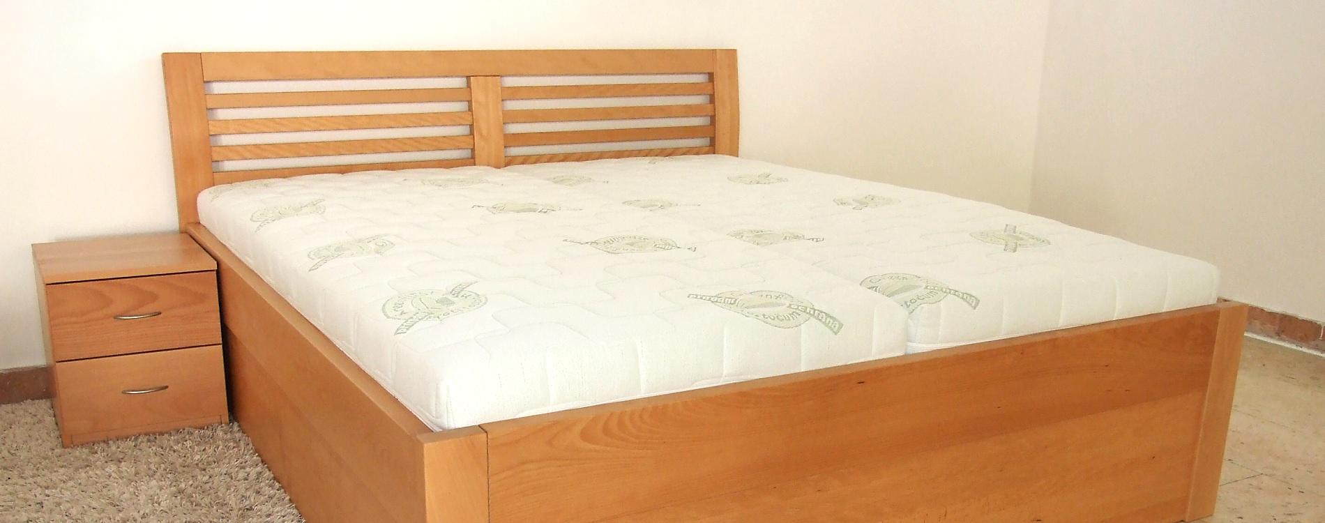 Dřevěná masivní postel