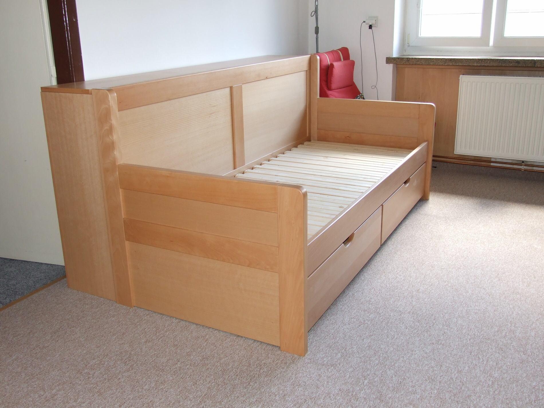 Dřevěná rozkládací postel