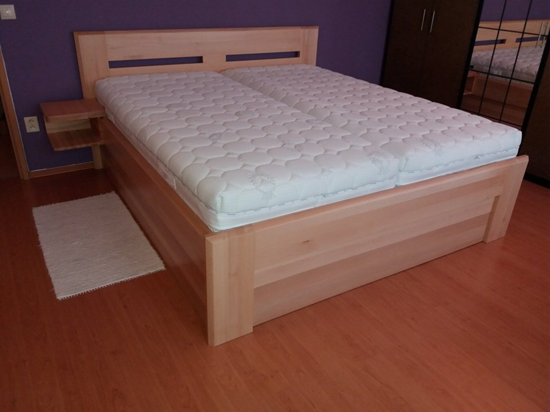 Dřevěná postel s úložným prostorem