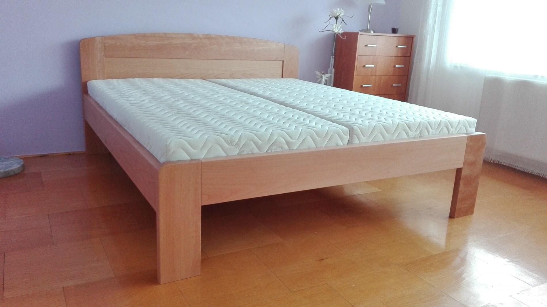 Dřevěná postel bez úložného prostoru